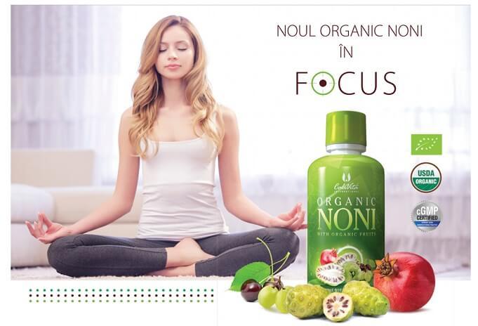 femeie in pozitie de yoga si Flacon Noni Organic Calivita