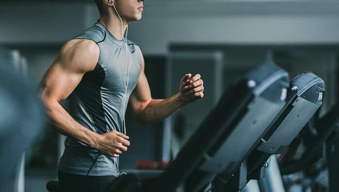barbat alearga pe banda in sala de fitness mai mult folosind arginina