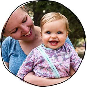 mama fericita cu bebelusul in brate razand