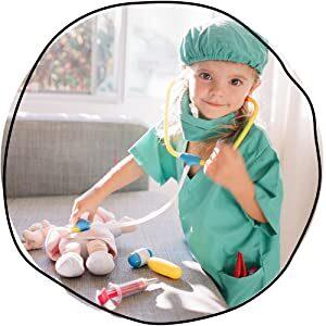 fetita imbracata in doctor se joaca